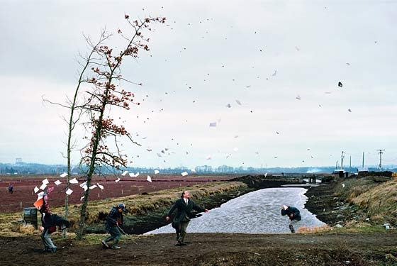 Jeff Wall (1993) A sudden gust of wind (after Hokusai). Source: http://images.nymag.com/arts/art/reviews/jeffwall070305_560.jpg