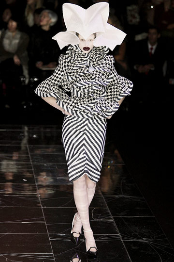 ALEXANDER McQUEEN::Paris Runway Fall 09 No. 5 :  runway collection design designer dress