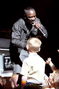 Akon Confesses: &#8216;I Drink Shirley Temples All the Time&#8217;