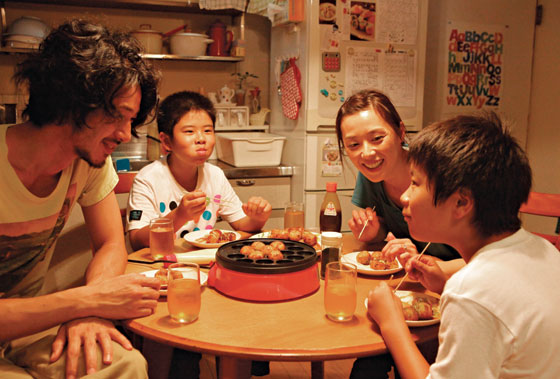 a review of nobody knows a 2004 japanese drama film by hirokazu koreeda The films of japanese director, hirokazu kore-eda,  as his admirable film nobody knows expresses,  japan 2004 directed by hirokazu koreeda.